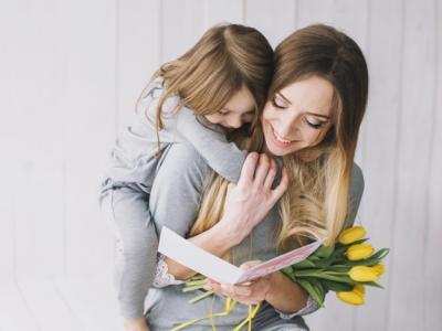 Imagem mostra mãe abraçada com filha