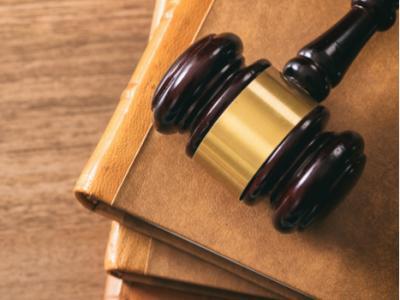 Imagem mostra martelo de juiz