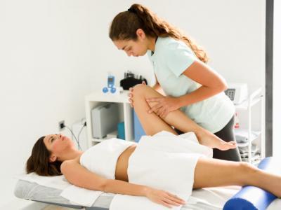 Imagem mostra pessoa sendo atendida em Fisioterapia