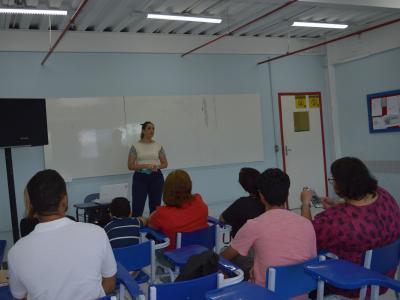 Imagem mostra palestrante explicando o assunto para os alunos