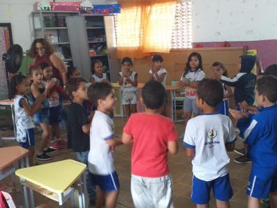 Imagem mostra alunos em circulo na sala de aula