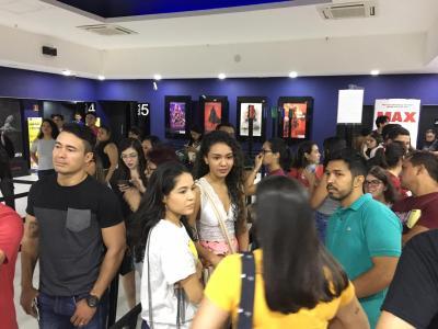 Imagem mostra alunos antes da sessão de cinema