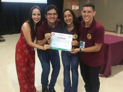 Imagem mostra estudantes mostrando certificado