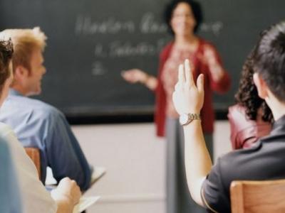Imagem mostra professora em sala de aula