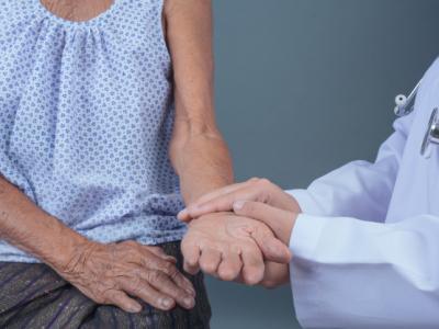 Imagem mostra idoso sendo atendido por enfermeira