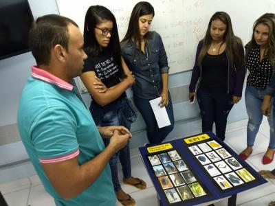 Imagem mostra alunos explicando os jogos