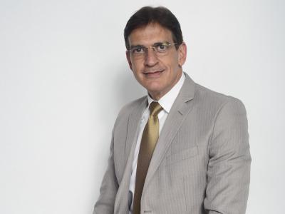 Imagem mostra Sérgio Murillo sentado