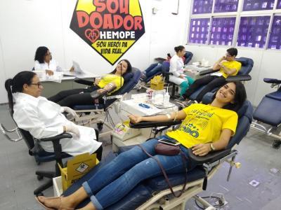 Imagem mostra pessoas doando sangue