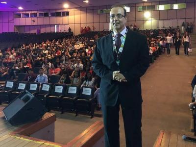 Imagem mostra Dr. Batéria durante palestra