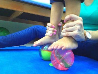 Imagem mostra criança em cima de bolas