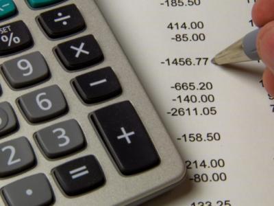 Imagem mostra calculadora em cima da mesa