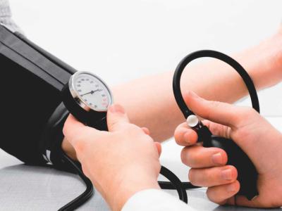 Médico afere pressão arterial de homem