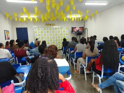 Imagem mostra estudando assistindo vídeo institucional