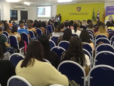 Imagem mostra estudantes durante recepção