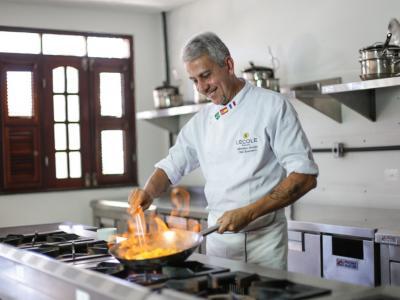 Imagem mostra chef Albertino Araújo cozinhando
