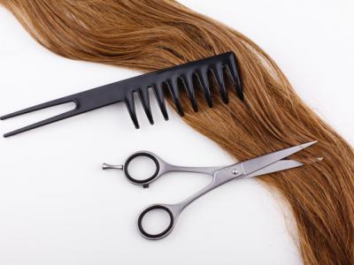 Imagem mostra tesoura, pente e cabelo