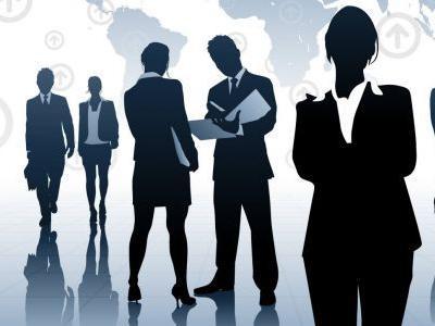 Imagem mostra empreendedora na frente de outras pessoas