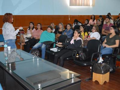 Imagem mostra palestra durante evento