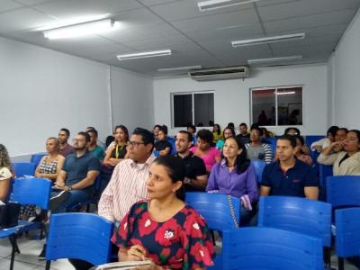 Imagem mostra participantes prestando atenção ao evento
