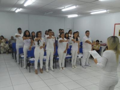 Imagem mostra alunos fazendo o juramento
