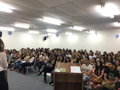 Imagem mostra estudantes durante palestra