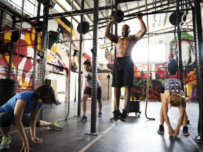Imagem mostra pessoas praticando CrossFit na academia