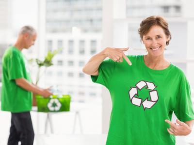 Imagem mostra mulher com a camisa verde