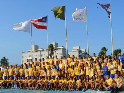 Imagem mostra atletas reunidos para foto