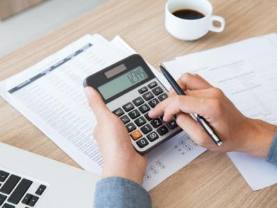 Imagem mostra pessoa usando calculadora