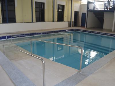 Imagem mostra piscina da clínica-escola