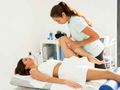 Imagem mostra pessoa sendo atendida por fisioterapeuta