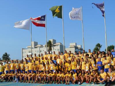 Imagem mostra atletas da UNINASSAU posando para foto