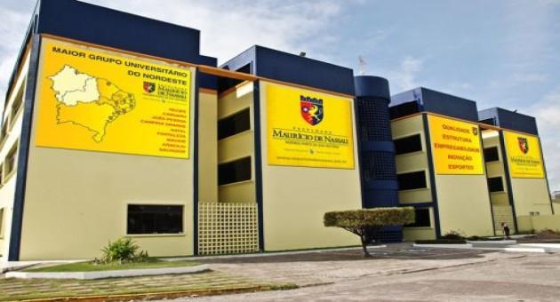 Outra foto da fachada, mostrando quatro prédios baixos com o nome da instituição
