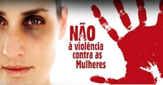 Banner com foto de uma mulher machucada.