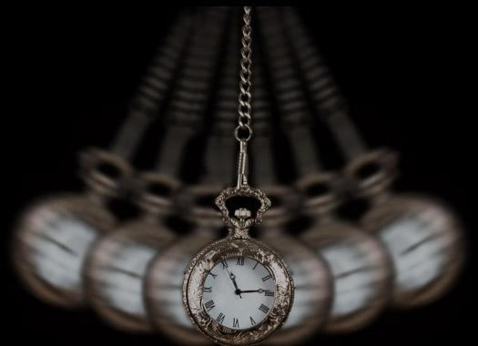 Foto de um relógio antigo fazendo o movimento de pêndulo para hipnotizar