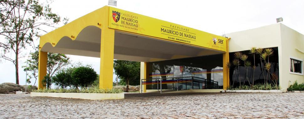 imagem mostra a entrada da faculdade com sua  fachada e  logo marca