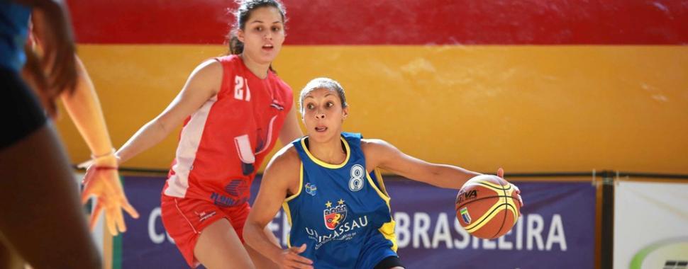 Foto de jogadora de basquete em ação
