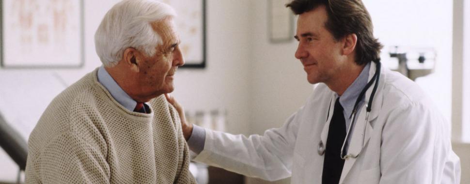 Imagem mostra médico conversando com paciente