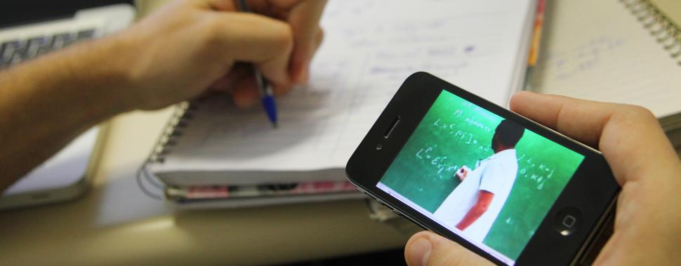 imagem mostra estudante assistindo aula ead  pelo celular