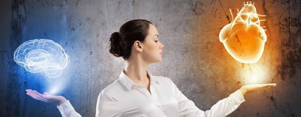 Imagem mostra mulher escolhando entre coração e cérebro