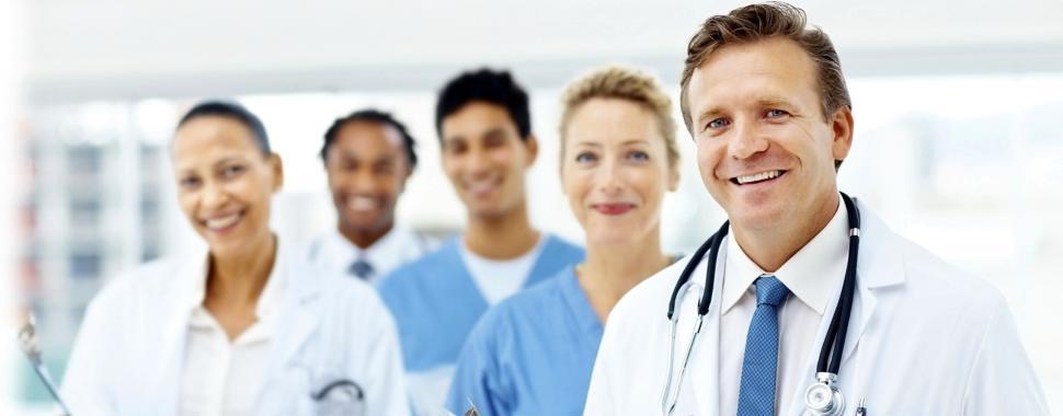 Imagem mostra médicos sorrindo