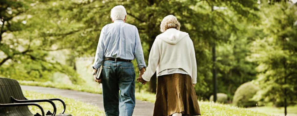 imagem mostra idosos  caminhando