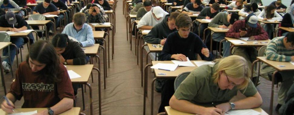 imagem mostra  estudantes  fazendo  prova