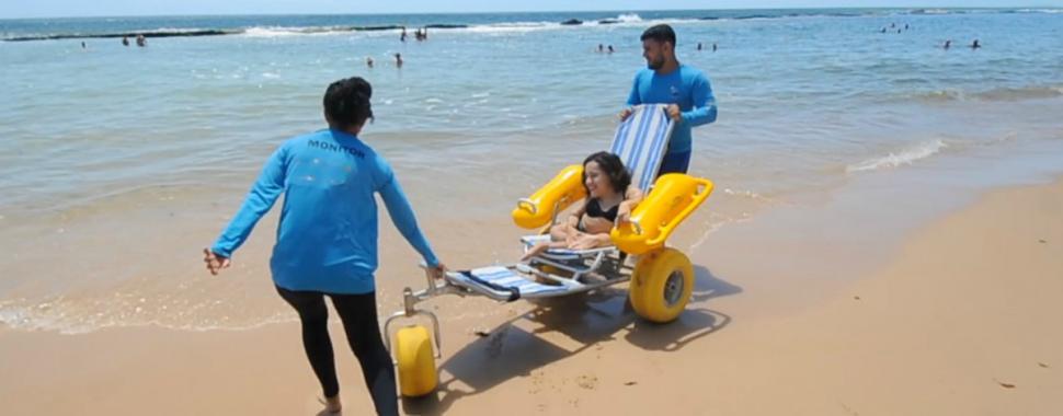 Projeto Praia sem Barreiras permite que pessoas com deficiência e baixa mobilidade curtam a praia