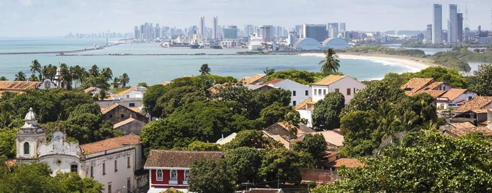Olinda (primeiro plano) e Recife (segundo plano) são cidades vizinhas e que fazem aniversário no mesmo dia