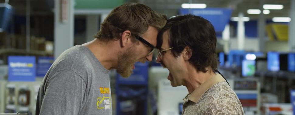 Imagem mostra Geek e Nerd batendo cabeça
