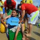 alunos ajudam ao banhista