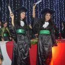Imagem mostra estudantes comemorando com diploma