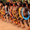 imagem mostra os índios dançando