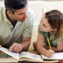 Imagem mostra pai ensinando tarefa para filha